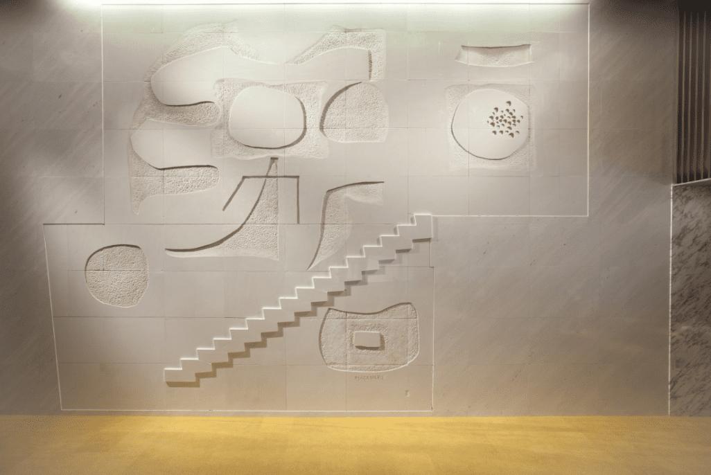 「<<天と地の歓び>>イイノホールのための壁画」(大理石)